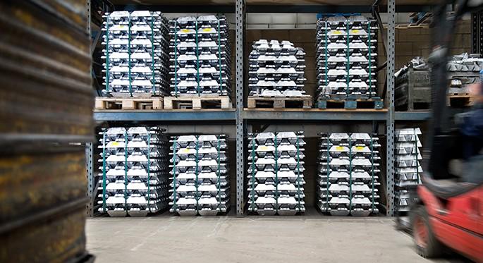 Fotografía que muestra los lingotes de aluminio almacenados