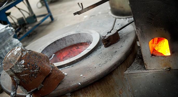 Fotografía que muestra la fusión del aluminio en un horno de fundición de aluminio